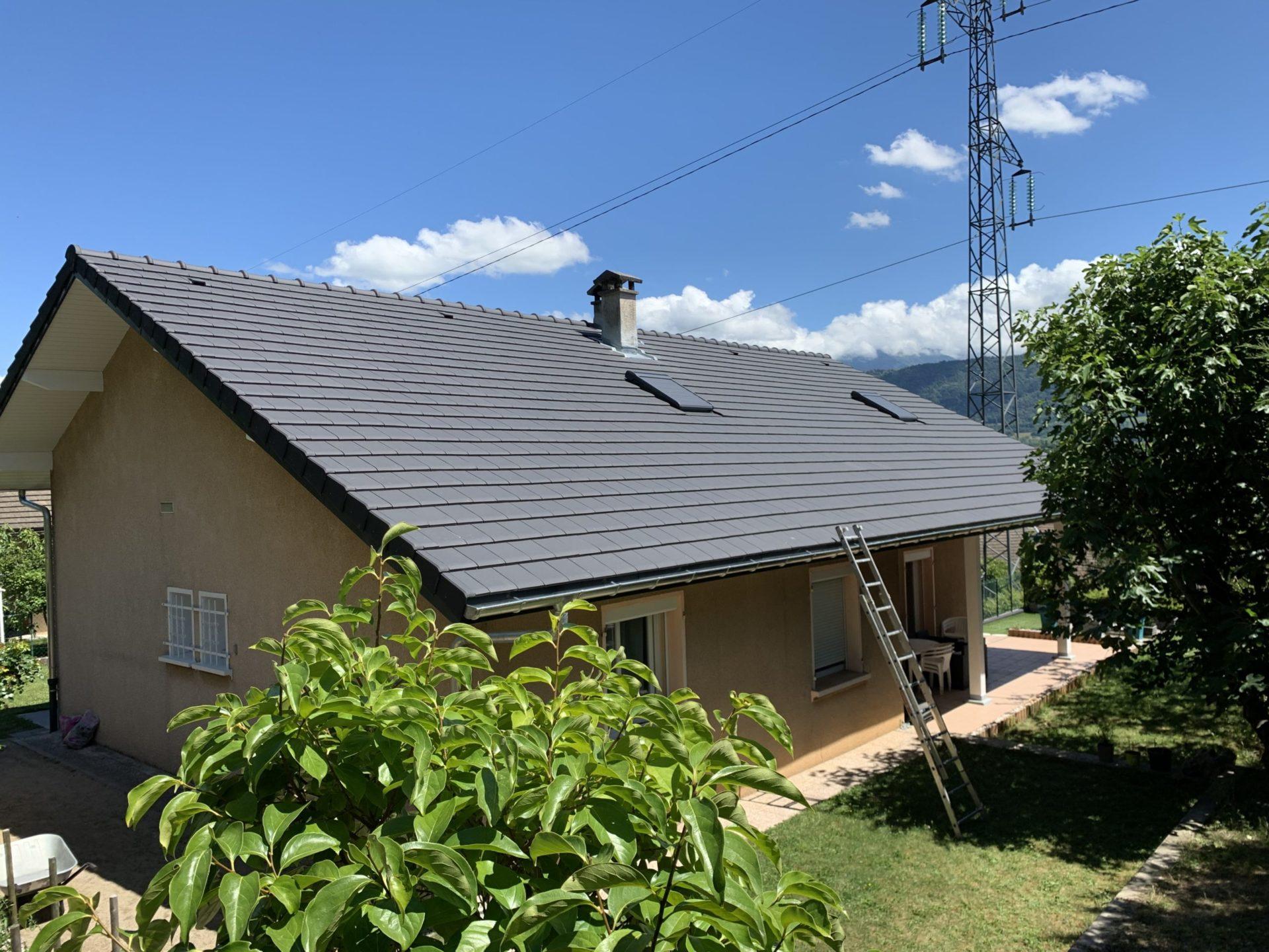 Rénovation de toiture de maison pose de tuiles terre cuite - Montmélian - 73
